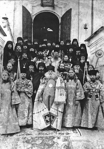Оптина Пустынь. Епископ Михей (Алексеев) с гостями и братия монастыря на лестнице Введенского собора